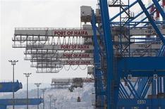 Le port de Haifa. La croissance de l'économie israélienne a ralenti plus qu'attendu au troisième trimestre, à 2,2% en rythme annualisé, en raison d'une forte baisse des exportations, montrent les statistiques officielles publiées dimanche. /Photo prise le 23 avril 2013/REUTERS/Ronen Zvulun