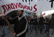 Manifestantes se reúnem para marcar o aniversário da revolta estudantil de 1973 contra a ditadura militar da Grécia, em Atenas. Milhares de gregos que protestavam contra austeridade marchavam pelas ruas de Atenas neste domingo para marcar o 40º aniversário de uma revolta estudantil sangrenta contra a junta militar que estava no poder na época. 17/11/2013. REUTERS/John Kolesidis