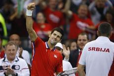O sérvio Novak Djokovic comemora após vencer um set contra o checo Tomas Berdych durante partida da Copa Davis em Belgrado, na Sérvia. Djokovic levou a decisão da Copa Davis com a República Tcheca a uma quinta e decisiva partida ao derrotar Berdych por 6-4, 7-6(5) e 6-2 neste domingo. 17/11/2013. REUTERS/Marko Djurica
