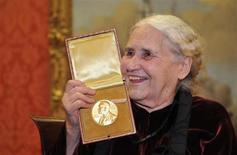 FOTO DE ARCHIVO: La novelista británica Doris Lessing sonríe mientras posa con su Premio Nobel de Literatura en la Wallace Collection en Londres. 30 de enero, 2008. Lessing, una de las escritoras en lengua inglesa más importantes de la segunda mitad del Siglo XX, falleció a los 94 años, informó el domingo su editorial. REUTERS/Toby Melville (BRITAIN). SOLO PARA USO EDITORIAL. NO DISPONIBLE PARA LA VENTA NI CAMPAÑAS PUBLICITARIAS.