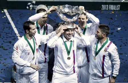 Czech Republic's team members Radek Stepanek, Lukas Rosol, captain Vladimir Safarik, Tomas Berdych and Jan Hajek (L-R) pose with the Davis Cup trophy after winning their final tennis match against Serbia in Belgrade November 17, 2013. REUTERS/Stoyan Nenov