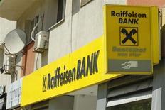 Отделение Raiffeisen Bank в Бухаресте 5 июня 2013 года. Raiffeisen Bank International ведет переговоры о продаже подразделения на Украине в стремлении привлечь около 2 миллиардов евро ($2,7 миллиарда) для возврата госпомощи и соответствия новым нормативам по капиталу. REUTERS/Bogdan Cristel