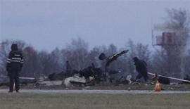 Обломки самолета Boeing 737 авиакомпании Татарстан на месте падения в аэропорту Казани 18 ноября 2013 года. Сын президента Татарстана и глава регионального управления ФСБ - в числе 50 погибших в катастрофе пассажирского самолета Boeing 737, летевшего из Москвы в Казань. REUTERS/Maxim Shemetov