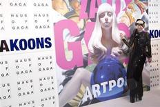 """Певица Леди Гага на презентации альбома """"ARTPOP"""" в Нью-Йорке 10 ноября 2013 года. Леди Гага в третий раз поднялась на вершину британского музыкального чарта - на этот раз с альбомом """"ARTPOP"""", который опередил """"The Marshall Mathers LP 2"""" Эминема, сообщила Official Charts Company. REUTERS/Andrew Kelly"""