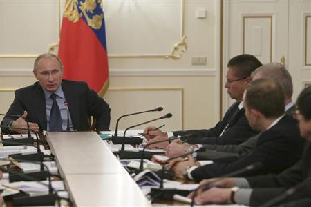 Russia's President Vladimir Putin (L) meets with the supervisory board of the Agency for Strategic Initiatives at the Novo-Ogaryovo residence outside Moscow November 14, 2013. REUTERS/Mikhail Metzel/RIA Novosti/Kremlin