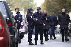 Полицейские выставляют оцепление у редакции газеты Liberation в Париже 18 ноября 2013 года. Один человек получил серьезные ранения в результате стрельбы в редакции левой французской газеты, в результате такого же инцидента у штаб-квартиры крупного банка в Париже никто не пострадал, сообщила полиция, по данном которой оба нападения совершил один и тот же человек. REUTERS/Gonzalo Fuentes