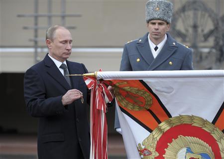 Russia's President Vladimir Putin (L) takes part in a ceremony to award the Margelov Ryazan Higher Airborne Command School with the Order of Suvorov in Ryazan region November 15, 2013. REUTERS-Aleksey Nikolskyi-RIA Novosti-Kremlin