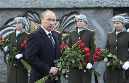 Russia's President Vladimir Putin takes part in a flower-laying ceremony at the monument to Army General Vasily Margelov as he visits the Margelov Ryazan Higher Airborne Command School in Ryazan region November 15, 2013. REUTERS-Aleksey Nikolskyi-RIA Novosti-Kremlin