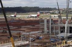 Funcionários trabalham na expansão do aeroporto internacional de Guarulhos, próximo a São Paulo. Ao menos três consórcios entregaram nesta segunda-feira propostas para participarem do leilão dos aeroportos de Galeão (RJ) e Confins (MG), que será realizado na sexta-feira, na BM&FBovespa. 25/09/2013 REUTERS/Paulo Whitaker