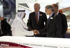 O Xeique Ahmed bin Saeed Al Maktoum, presidente do conselho da Emirates Airlines, apertas as mãos de Ray Conner, presidente-executivo da Boeing Commercial Airplanes, durante o Dubai Airshow. A Airbus e a Boeing assinaram nesta segunda-feira acordos para comprar cerca de 5 bilhões de dólares em peças e materiais de Abu Dhabi, em um sinal de que os Estados da região do Golfo buscam um impulso recíproco às suas economias em contrapartida aos enormes pedidos feitos às fabricantes de aeronaves. 18/11/2013 REUTERS/Caren Firouz
