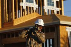 Un trabajador transporta materiales para la construcción de una vivienda en Phoenix, EEUU, ago 23 2011. La confianza de los constructores de casas en Estados Unidos se estabilizó en noviembre después de caer por dos meses consecutivos, aunque la demanda por viviendas fue afectada por preocupaciones sobre nuevas batallas fiscales en Washington, dijo el lunes la Asociación Nacional de Constructores de Casas. REUTERS/Joshua Lott