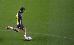 """Футболист """"Барселоны"""" Сеск Фабрегас на тренировке клуба в Глазго 30 сентября 2013 года. Восстанавливающийся после травмы колена футболист """"Барселоны"""" Сеск Фабрегас вернулся к тренировкам в общей группе, сообщил клуб. REUTERS/Russell Cheyne"""