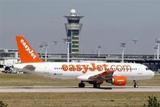 """Самолет Airbus A320 авиакомпании EasyJet в аэропроту """"Орли"""" под Парижем 20 августа 2013 года. Британский авиаперевозчик easyJet нарастил годовую прибыль на 51 процент и пообещал вернуть акционерам 175 миллионов фунтов стерлингов ($282 миллиона) через специальные дивиденды. REUTERS/Charles Platiau"""