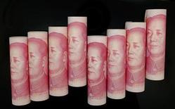 Купюры номиналом 100 юаней в Пекине 5 ноября 2013 года. Китай постепенно расширит торговый диапазон юаня, чтобы сделать свою валюту более гибкой и ориентированной на рынок, сказал глава центробанка Чжоу Сяочуань во вторник. REUTERS/Jason Lee
