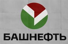 Логотип Башнефти на НПЗ Новойл в Уфе 11 апреля 2013 года. Российские фондовые индексы во вторник слабо колеблются в узком диапазоне, а привилегированные акции Башнефти поднялись на 4 процента на фоне газетной публикации, став лидерами среди индексных бумаг. REUTERS/Sergei Karpukhin