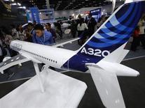 Airbus está considerando la posibilidad de aumentar la producción mensual de sus aviones A320, de medio alcance, a más de los 42 que fabrica actualmente, dijo el martes a Reuters el jefe de ventas de la firma, John Leahy. Los comentarios de Leahy, en una entrevista en una muestra sectorial en Dubái, son la primera respuesta del fabricante europeo de aviones a un aumento en la producción del modelo 737 anunciado por Boeing hace tres semanas. REUTERS/Kim Kyung-Hoon