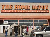 Люди у магазина Home Depot в Вашингтоне 20 февраля 2012 года. Восстановление рынка жилья США помогло Home Depot Inc опередить прогнозы прибыли и продаж в третьем квартале и вновь повысить прогноз на весь финансовый год. REUTERS/Jonathan Ernst