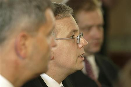 Latvia's Minister of Finance Atis Slakteris (L), Lithuania's Minister of Finance Rimantas Sadzius (C) and their Estonia's counterpart Ivari Padar attend a news conference in Trakai, about 20 km (12 miles) from capital Vilnius, September 5, 2008. REUTERS/Ints Kalnins