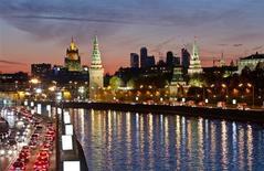 Вид на Кремль, МИД и небоскребы Москва-Сити в Москве 18 октября 2011 года. Организация экономического сотрудничества и развития (ОЭСР) ожидает, что экономики России, а также Центральной и Восточной Европы вырастут в 2015 году после разнонаправленного движения в следующем году. REUTERS/Anton Golubev