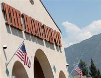 El logo de Home Depot, afuera de un local de la cadena en Monrovia, California. Una recuperación en el mercado inmobiliario de Estados Unidos ayudó a la cadena número uno de productos para mejora del hogar, Home Depot Inc, a superar las ganancias y ventas estimadas para el tercer trimestre y la llevó a elevar el martes su pronóstico para el año fiscal por tercera vez en el 2013. REUTERS/Mario Anzuoni