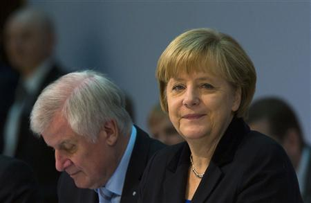 The head of the Christian Democratic Union (CDU) German Chancellor Angela Merkel (L) and the head of the Christian Social Union (CSU) Horst Seehofer attend coalition talks with the Social Democratic Party (SPD) at the SPD headquarters in Berlin, November 19, 2013. REUTERS/Thomas Peter