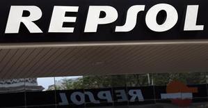 La imagen muestra el logo de la petrolera española Repsol en una estación de servicio en Madrid. La petrolera estatal mexicana Pemex está buscando un pacto con el magnate mexicano Carlos Slim para hacerse con otro 10 por ciento de la española Repsol, que se sumaría al 9,3 por ciento que actualmente posee, reportó el martes el diario ABC. REUTERS/Sergio Perez