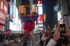 """Homem vestido de Homem-aranha é visto na Times Square, em Nova York. O musical """"Spider-Man: Turn Off the Dark"""", com o personagem Homem-Aranha, irá encerrar em janeiro a temporada na Broadway, em Nova York, transferindo-se em seguida para Las Vegas. 31/10/2013 REUTERS/Adrees Latif"""