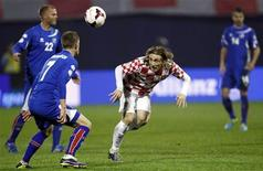Croatia's Luka Modric (2ndR) challenges Iceland's Johann Gudmudsson (2ndL) and Eidur Smari Gudjohnsen (L) during their 2014 World Cup playoff soccer match in Zagreb November 19, 2013. REUTERS/Antonio Bronic