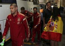 Spain's goalkeeper Victor Valdes (L) arrives at the O. R. Tambo International Airport, ahead of Tuesday's international friendly soccer match against South Africa at Soccer City, in Johannesburg.November 17, 2013. REUTERS/Siphiwe Sibeko