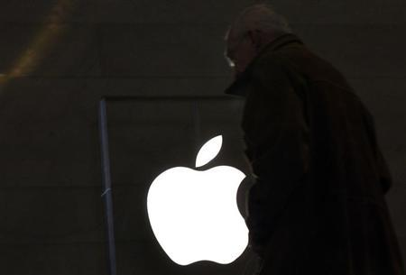 A customer visits the Apple Store in New York City's Grand Central Station January 25, 2012. REUTERS/Brendan McDermid