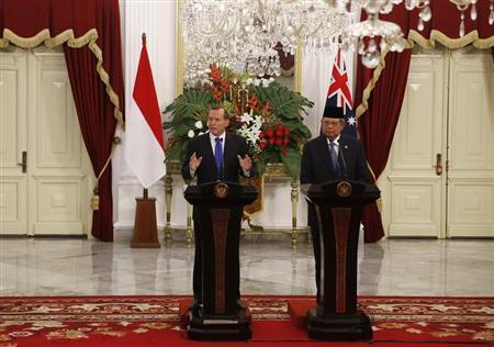 Australia's Prime Minister Tony Abbott speaks beside Indonesia's President Susilo Bambang Yudhoyono during a joint news conference at the Presidential Palace in Jakarta September 30, 2013. Abbott is on a two-day visit to Indonesia. REUTERS/Beawiharta