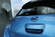 Nissan Motor a annoncé son intention d'augmenter la production aux Etats-Unis de sa voiture électrique Leaf face à une demande en forte hausse cette année à la suite de la baisse du prix affiché. /Photo prise le 3 juin 2013/REUTERS/Gary Cameron
