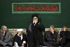 """Верховный лидер Ирана Али Хаменеи (в центре) на траурной церемонии по случаю годовщины смерти дочери пророка Мухаммеда Фатимы в Тегеране 6 мая 2011 года. Иранское государственное информагентство опровергло серию материалов Рейтер об организации, располагающей многими миллиардами долларов и контролируемой верховным лидером Али Хаменеи, как """"дезинформацию"""", направленную на подрыв доверия общества к институтам исламской республики. REUTERS/Khamenei.ir/Handout"""