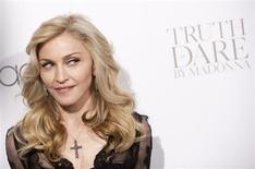 Мадонна на презентации своих духов Truth or Dare by Madonna в Macy's в Нью-Йорке 12 апреля 2012 года. Певица Мадонна с легкостью обошла коллегу по цеху Леди Гагу и рокеров-ветеранов из Bon Jovi в рейтинге самых высокооплачиваемых музыкантов 2013 года по версии Forbes. REUTERS/Andrew Kelly