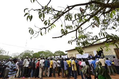 Voters queue to cast their ballots in municipal elections at a voting station near Gorongosa in central Mozambique November 20, 2013. REUTERS/Grant Lee Neuenburg