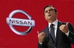 Carlos Ghosn, presidente-executivo da Renault e da Nissan, fala durante uma apresentação no 43º Salão do Automóvel de Tóquio. Ghosn disse que não se intimidou com os atrasos em suas metas de vendas de veículos elétricos, prevendo que montadoras rivais irão enfrentar obstáculos ainda maiores em seus planos de lançar carros movidos a células de combustível ao longo dos próximos anos. 20/11/2013 REUTERS/Toru Hanai