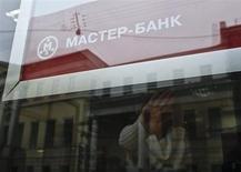 La banque centrale russe a annoncé mercredi avoir retiré sa licence à la banque moscovite Master Bank, en raison notamment d'infractions à la loi contre le blanchiment d'argent et d'irrégularités dans sa comptabilité. /Photo prise le 20 novemrbe 2013/REUTERS/Maxim Shemetov