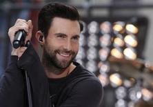 """Adam Levine toca com sua banda Maroon 5 no programa 'Today' da NBC em Nova York. O cantor Adam Levine, vocalista do grupo de rock Maroon 5 e jurado do programa """"The Voice"""" nos Estados Unidos, foi eleito o homem mais sexy do mundo pela revista People, anunciou a publicação na terça-feira. 14/06/2013 REUTERS/Brendan McDermid"""