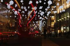 Oxford Street, à Londres. Dans un contexte économique difficile, le budget moyen alloué aux cadeaux de Noël réalisés sur internet devrait reculer de 3% à 193 euros. /Photo prise le 12 novembre 2013/REUTERS/Andrew Winning