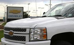 O logotipo na concessionária da Chevrolet, da General Motors, é vista atrás de uma picape Chevrolet na cidade de Golden. A General Motors está apostando no desejo dos consumidores norte-americanos por algo diferente de carros e veículos utilitários crossovers para impulsionar a demanda pela Chevrolet Colorado, picape média que irá entrar mais uma vez no mercado dos Estados Unidos no próximo outono do hemisfério norte. 04/09/2013. REUTERS/Rick Wilking