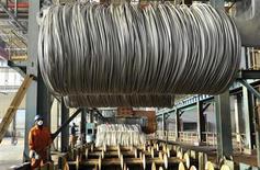 La production mondiale d'acier a progressé le mois dernier de 6,6% à 134 millions de tonnes en rythme annuel, une hausse qui reflète une amélioration de la confiance dans le secteur industriel. /Photo d'archives/REUTERS/China Daily