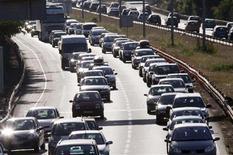 Les constructeurs automobiles européens commenceront à commercialiser à partir de 2015 des voitures pouvant communiquer entre elles grâce à un super wifi, afin de réduire le risque d'accident lorsque la visibilité est réduite. /Photo d'archives/REUTERS/Régis Duvignau