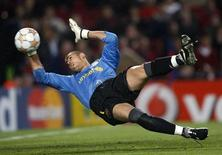 Barcelona's goalkeeper Victor Valdes blocks a ball against Schalke 04 during their Champions League quarter-final second leg soccer match at Camp Nou stadium in Barcelona, April 9, 2008. REUTERS/Albert Gea