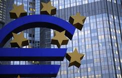 Una escultura del euro a las afueras del Banco Centreal europeo en Fráncfort, nov 5 2013. El Banco Central Europeo (BCE) considera hacer que los bancos paguen por depositar efectivo a un día en la entidad, dijo el miércoles la agencia de noticias Bloomberg citando fuentes. REUTERS/Kai Pfaffenbach