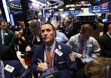 Operadores trabajan en la Bolsa de Valores de Nueva York. 12 de abril, 2013. Las acciones cerraron en baja el miércoles en la bolsa de Nueva York luego de que las minutas de la última reunión de la Reserva Federal mostraron que el banco central podría comenzar a reducir su programa de estímulos en uno de sus próximos encuentros. REUTERS/Brendan McDermid (ESTADOS UNIDOS - NEGOCIOS)