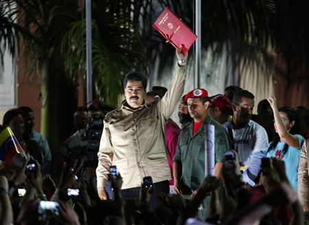 Venezuelan President Nicolas Maduro greets supporters after receiving a law which grants him with decree powers in Caracas, November 19, 2013. REUTERS/Carlos Garcia Rawlins