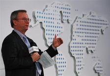 Председатель совета директоров Google Эрик Шмидт выступает в Китайском университете в Гонконге 4 ноября 2013 года. Председатель совета директоров Google Inc Эрик Шмидт дал смелый прогноз: цензура по всему миру может исчезнуть через десятилетие, а шифрование поможет людям защититься от правительственной слежки. REUTERS/Bobby Yip