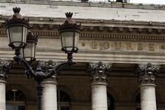 """Les principales Bourses européennes ont ouvert en baisse jeudi, après l'annonce de statistiques économiques jugées décevantes et la publication des """"minutes"""" de la Réserve fédérale américaine, qui laissent supposer un début de dénouement de la politique d'assouplissement quantitatif (QE) dans les mois qui viennent. Vers 9h20, le CAC 40 perd 0,92% à Paris, le Dax cède 0,74% à Francfort et le FTSE abandonne 0,42% à Londres. /Photo d'archives/REUTERS/Charles Platiau"""