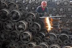 Le vaste secteur manufacturier de la Chine a vu sa croissance décélérer en novembre, sous le coup notamment du recul de nouvelles commandes à l'exportation, selon des données préliminaires de l'indice PMI HSBC manufacturier, qui suggèrent que l'activité économique dans son ensemble va perdre de son élan au moment où Pékin tente de mettre l'accent sur des réformes structurelles. /Photo prise le 13 novembre 2013/REUTERS