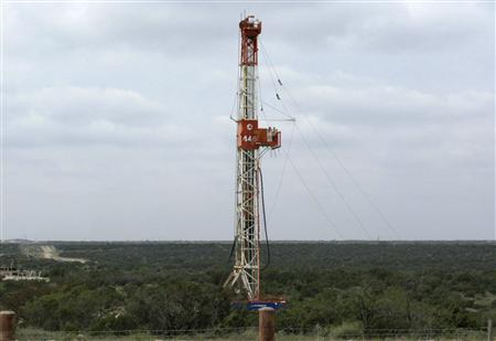 A rig contracted by Apache Corp drills a horizontal well in a search for oil and natural gas in the Wolfcamp shale located in the Permian Basin in West Texas October 29, 2013. REUTERS/Terry Wade